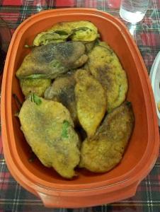 Hojas de naranjo.Son hojas de naranjo bañadas en una masa especial. Exquisitas.