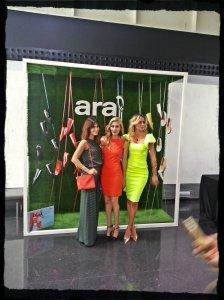 La presentadora del evento Clara Courel lucienod traje de etxart&parno, junto a Gala Gonzalez con conjunto de Adolfo Dominguez y Priscila Hernandez.