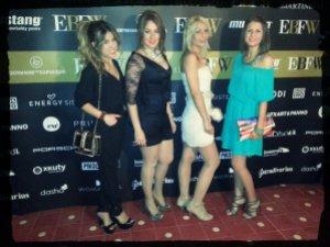 Posando como las grandes estrellas que somos.( De izquierda a derecha) Blonde_mery, Cris Leveque, Estrella y Majama.